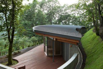 与自然环境完整性融入的森林别墅 山中木屋