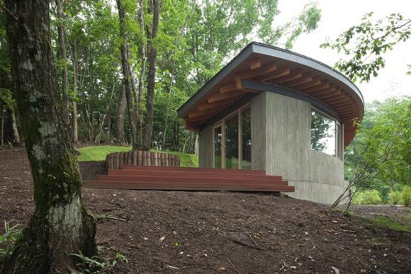 《与自然环境完整性融入的森林别墅 山中木屋》