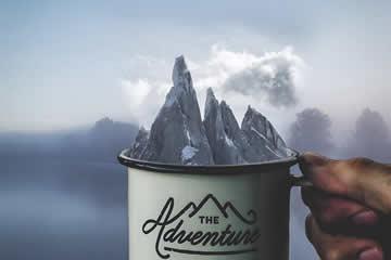 茶杯与山的超现实和梦幻般的照片处理