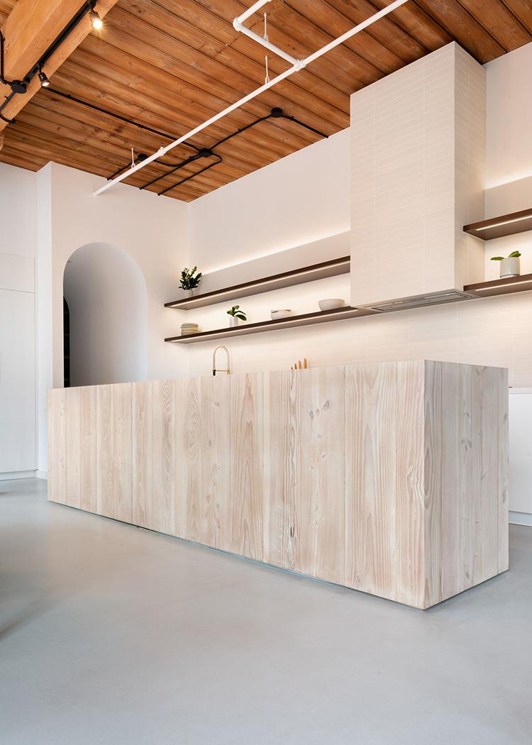 《Candy Loftis木质感极强的厨房区域划分》