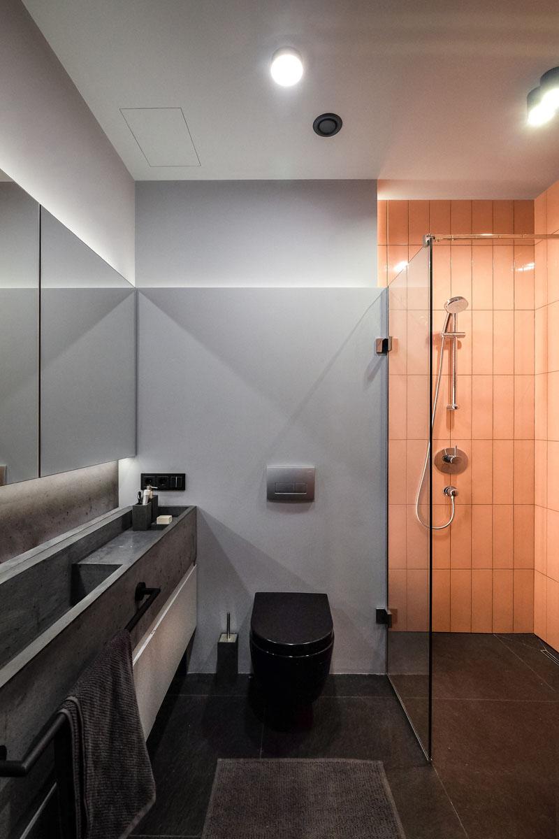 《醒目的色彩点缀给这个单色公寓增添了色彩韵味》