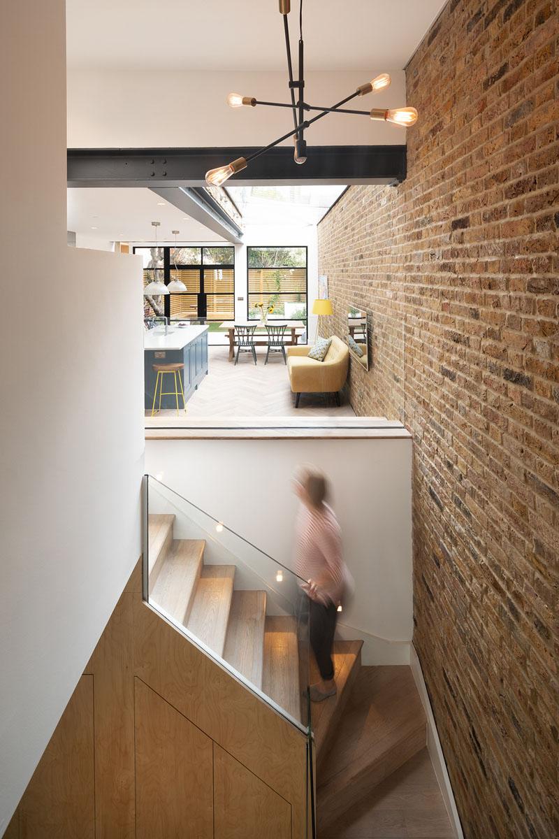 《一个充满阳光的温馨地下室与玻璃房的改造》