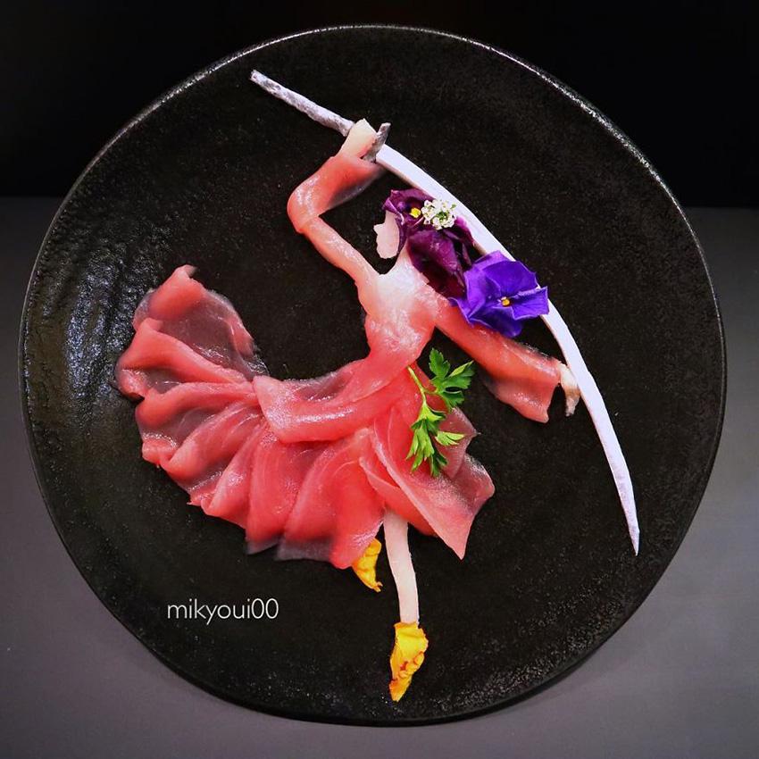 《大叔用生鱼片和其它食材配料设计出的二次元摆盘》