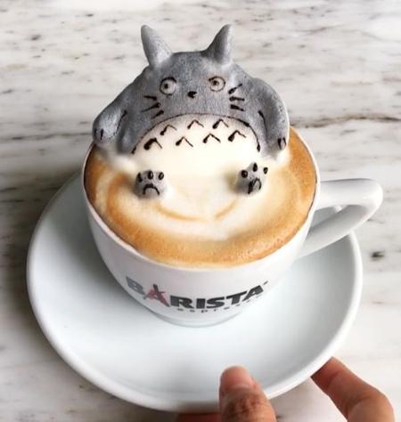 《美味的卡布奇诺咖啡和拿铁咖啡泡沫制成的可爱动物》
